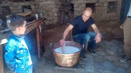 la lavorazione del fiore sardo a Gavoi